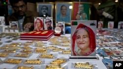 Cinderamata dengan gambar PM Bangladesh, Sheikh Hasina, depan, serta cinderamata lainnya dipajang di kios-kios pinggir jalan dalam menyongsong pemilu di Dhaka, Bangladesh, Jumat, 28 Desember 2018 (foto: AP Photo/Anupam Nath)