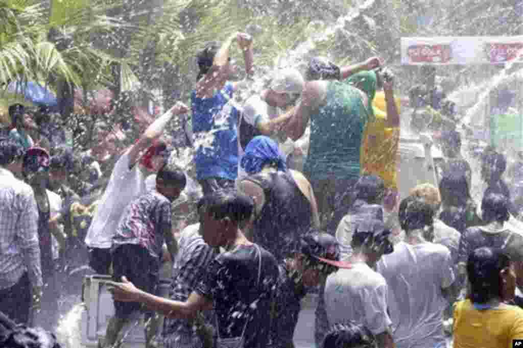 میانمار میں پانی کے تہوار کے موقع پر لوگ رقص کر رہے ہیں۔