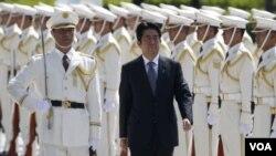 Thủ tướng Nhật Bản Shinzo Abe ra lệnh xem xét lại chính sách quốc phòng sau khi lên nắm quyền.