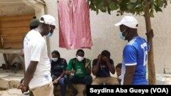 Les jeunes des ASC de Grand-Yoff sensibilisent les populations, à Dakar, le 29 juillet 2020. (VOA/Seydina Aba Gueye)