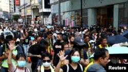 禁蒙面订立第一日10月5日香港民众戴口罩继续抗议。路透社