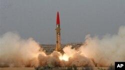 Hình ảnh được phát hành bởi Interservices cho thấy vụ thử nghiệm phi đạn Ghaznavi tại một địa điểm bí mật ở Pakistan