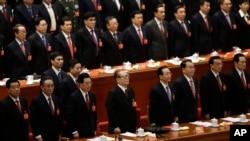 2012年11月中共十八大闭幕式上,前排左起:贾庆林、吴邦国、胡锦涛、江泽民、温家宝、李长春、李克强、周永康。除了李克强之外,他们现在都是前常委。