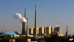 Asap mengepul dari cerobong pada pembangkit listrik tenaga batu bara di Beijing, China (foto: dok). China adalah penghasil gas rumah kaca terbesar di dunia, dua kali lebih banyak dari yang dihasilkan Amerika.
