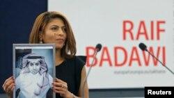 Ensaf Haidar, femme de Raif Badawi, reçoit le prix Sakharov en son nom le 16 décembre 2015. ( REUTERS/Vincent Kessler)