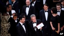 """Al darse cuenta del error, Warren Beatty explicó que se había confunfido con el sobre previo que daba como ganadora a Emma Stone, de """"La La Land"""", y se disculpó."""
