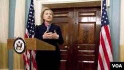 La secretaria de Estado, Hillary Clinton, durante la conferencia de prensa donde condenó la publicación de documentos confidenciales.