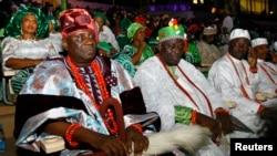 L'Oba de Lagos, Rilwan Babatunde Osuolale Aremu Akiolu (devant à gauche) est assis avec ses chefs traditionnels lors d'un concert et d'un feu d'artifice à l'occasion de la célébration du centenaire du Nigeria au stade national d'Abuja, Nigeria, 27 février 2014