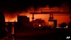 Para petugas pemadam kebakaran berupaya memadamkan api yang melahap tanker bermuatan bahan bakar di Islam Qala, provinsi Herat, sebalah barat Kabul, Afghanistan yang berbatasan dengan Iran, 13 Februari 2021.