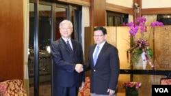 台湾陆委会主委夏立言(左)与中国海协会长陈德铭(右)首次会面 (美国之音李逸华拍摄)