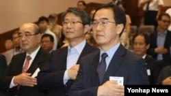 조명균 한국 통일부 장관(오른쪽)이 25일 서울 북한대학원 대학교에서 열린 통일미래포럼 조찬 강연에서 국민의례를 하고 있다.
