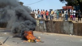 Anti-government protesters set fire during clashes with Guinea security forces in Conakry, Feb. 27, 2013.