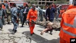 Thi thể một tay đánh bom Taliban được đưa ra khỏi tòa nhà Quốc hội Afghanistan sau vụ tấn công, ngày 22/6/2015.