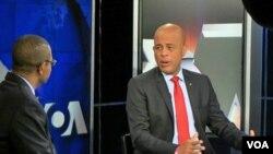 Tổng thống Haiti Michel Martelly (phải) trả lời phỏng vấn tại trụ sở đài VOA ở Washington, D.C.