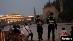 警察在新疆喀什的艾提尕尔清真寺外巡逻。(2021年5月3日)