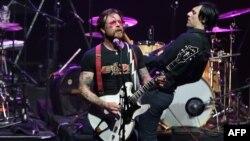 Jesse Hughes (trái), ca sĩ của ban nhạc Eagles of Death Metal, biểu diễn trên sân khấu tại phòng hòa nhạc Olympia ở Paris, ngày 16/2/2016.