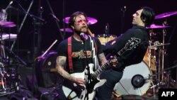 Jesse Hughes, le chanteur du groupe américain Eagles of Death Metal, à l'Olympia le 16 février 2016. (AFP PHOTO / JOEL SAGET)