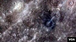 Gambar yang dikirimkan pesawat antariksa Messenger mengenai permukaan planet Mercurius yang berkawah (29/3).