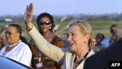 Ngoại trưởng Mỹ Hillary Clinton vẫy chào khi đến Sân bay quốc tế Julius Nyerere ở Dar es Salaam, Tanzania, 11/6/2011