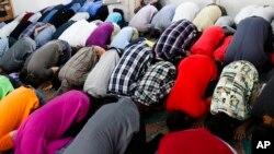 مهاجران مسلمان در یک منطقه عرب نشین برلین در نماز عید فطر شرکت می کنند - ۵ ژوئیه ۲۰۱۶
