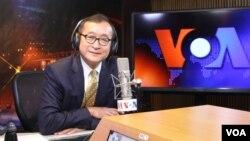 Thủ lĩnh đối lập Campuchia Sam Rainsy trả lời phỏng vấn tại trụ sở đài VOA ở thủ đô Washington.