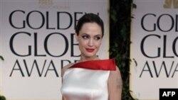 Rediteljka i scenarista filma U zemlji krvi i meda, Andjelina Džoli, na crvenom tepihu pred ceremoniju dodele Zlatnih Globusa