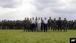 Presiden Kolombia Juan Manuel Santos (tengah) didampingi Menteri Pertahanan Juan Carloz Pinso, berada diantara para tentara di basis militer Kolombia, Popayan (Foto: dok).