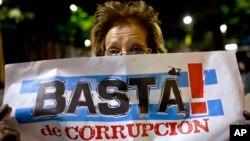 Una mujer protesta contra el gobierno de Cristina Fernández en Buenos Aires, Argentina.