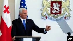 معاون رئیس جمهوری آمریکا سفر دوره ای به کشورهای اروپای شرقی را آغاز کرده است. او در حال سخنرانی در گرجستان.