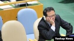박명국 북한 외무성 부상이 지난 28일 미국 뉴욕 유엔본부에서 열린 제70차 유엔총회에서 박근혜 한국 대통령의 기조연설을 듣고 있다.