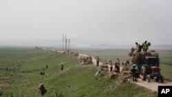 북한 황해도 옥수수 밭에서 농부들이 일하고 있다.