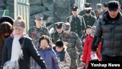 한국 군이 북한의 4차 핵실험에 대한 대응으로 최전방 부대에서 대북 확성기 방송을 시행한 8일 인천항 연안여객터미널에서 휴가를 마친 해병들이 연평도행 여객선에 오르고 있다.