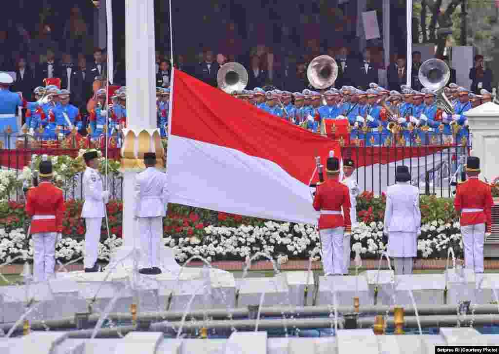 Pasukan Pengibar Bendera bersiap mengibarkan bendera merah putih menandai puncak perayaan 17 Agustus di Istana Merdeka Jakarta. Fariza Putri Salsabila dari Jawa Timur, Rahmat Hersa Widiatmoko dari Kalimantan Barat, Rianto Fajriansyah dari Bengkulu dan Agus Putra Pratama Yudha dari NTB mewakili tim Paskibra untuk mengibarkan bendera, Jakarta, 17 Agustus 2017.