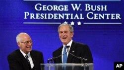 "Bivši predsednik Džordž Buš mlađi i bivši potpredsednik Dik Čejni na ceremoniji otvaranja Predsedničkog centra ""Džordž W. Buš"" u Dalasu u Teksasu, 16. novembra 2010."