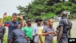 Des policiers fouillent des passant à Brazzaville, 4 avril 2016.