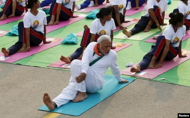 印度總理莫迪參加集體瑜伽活動(2015年6月21日)。 他積極向全球推廣印度的軟實力,瑜伽則被作為代表。 莫迪是瑜伽愛好者,在參加國際活動的時候,他不忘與世界各國的政治領袖們探討一番練習瑜伽的益處。