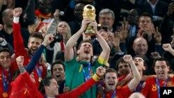 Le gardien d'Espagne, Iker Casillas, soulève le trophée de la Coupe du monde avec ses'co-équipiers à Johannesburg, Afrique du Sud, 27 mai 2014.