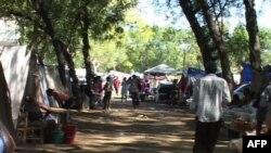 海地灾民住在帐篷营中