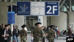 Binh sĩ Pháp tuần tra phi trường Charles de Gaulle