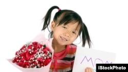 Seorang anak membawa bunga dan kartu untuk diberikan pada Ibunya pada hari Ibu. Mother's day atau hari Ibu di Amerika yang jatuh pada hari Minggu kedua di bulan Mei, merupakan salah satu hari penting yang diperingati di Amerika.