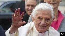 教皇本笃在抵达德国柏林泰格尔机场时向欢迎的人们挥手