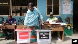 Một người phụ nữ đang đi bầu tại một trạm bỏ phiếu gần Lagos, Nigeria, 03/09/2019.