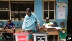 Haweeneey codkeeda ka dhiibatay saakay xarunta codbixinta Makoko ee duleedka magaalada Lagos, Nigeria, March. 9, 2019.