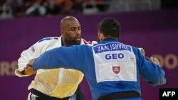 Teddy Riner, en blanc, face à Gela Zaalishvili de la Georgie dans la catégorie des +100kg à Doha, Qatar, le 13 janvier 2021. (Photo by - / AFP)