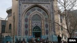 جمعی از ایرانی ها در جریان رای دهی