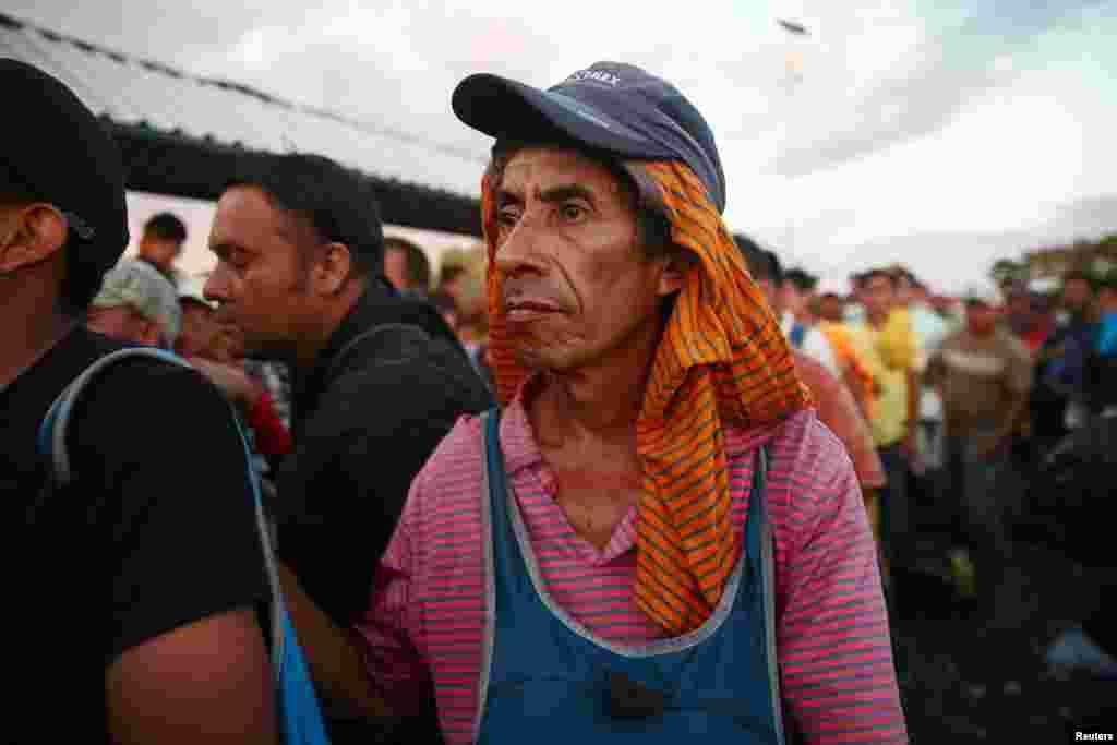 Seorang migran Amerika Tengah, bagian dari kafilah migran menuju AS, menunggu di jembatan yang menghubungkan Meksiko dan Guatemala di Ciudad Hidalgo, untuk menyeberang ke Meksiko dan melanjutkan perjalanan, 22 Oktober 2018.