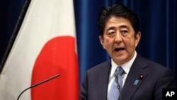 14일 일본 도쿄의 총리 관저에서 열린 기자회견에서 아베 신조 일본 총리가 2차 세계대전 전후 70년을 기념하는 담화를 발표하고 있다.