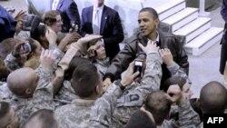 Барак Обама приветствует американских военных в Афганистане