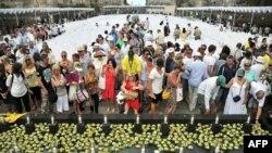 Keluarga para korban dan ratusan orang yang selamat dari musibah bom Bali 2002 menghadiri peringatan 10 tahun Bom Bali di Taman Budaya Garuda Wisnu Kencana, Bali (12/10).