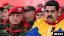 Nicolás Maduro, derecha, acusa a la oposición y a Estados Unidos de planear su muerte, mientras Diosdado Cabello, izquierda, dio a conocer la lista de los militares detenidos y otros prófugos.